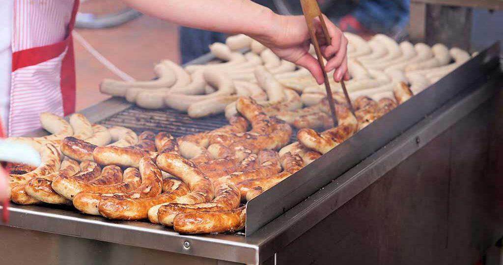 En alemán Wurst, una mezcla de carne de cerdo o de res bien condimentada.