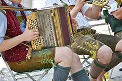 Los pantalones de cuero usados en Oktoberfest, o la fiesta de la cerveza de Múnich, son originario de la región de los Alpes en Austria, Tirol y Baviera