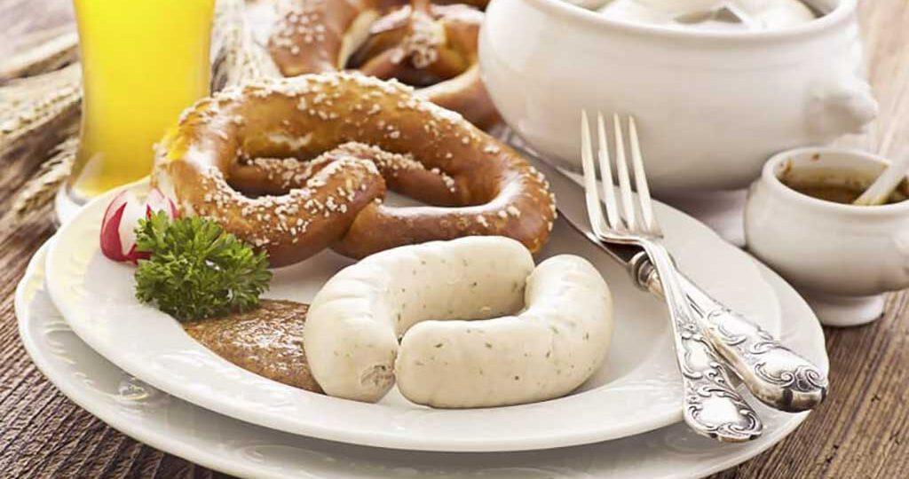 La salchicha blanca forma parte del desayuno bávaro, se sirve cocida en agua y tiene una piel muy fina (tripa de cerdo) que no se come.