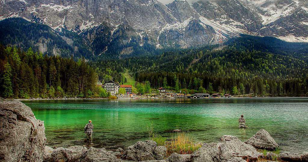 El Eibsee es el lago más hermos de los Alpes bávaros. De aguas verdes cristalinas